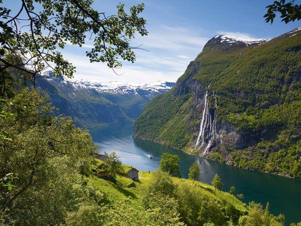 Numéro 3 / La Norvège : l'eau domptée pour l'énergie hydraulique>>> La Norvège a recueilli 6618 votesLa consommation d'électricité par habitant y est quasiment trois fois supérieure à la moyenne de l'OCDE. Mais la Norvège mise sur ses ressources naturelles pour répondre durablement à ses besoins : un immense littoral bordé par la mer du Nord, la mer de Norvège et la mer de Barents, de nombreux fjords et chutes d'eau…Avec 98 % de l'électricité produite par l'énergie hydraulique, le pays est…