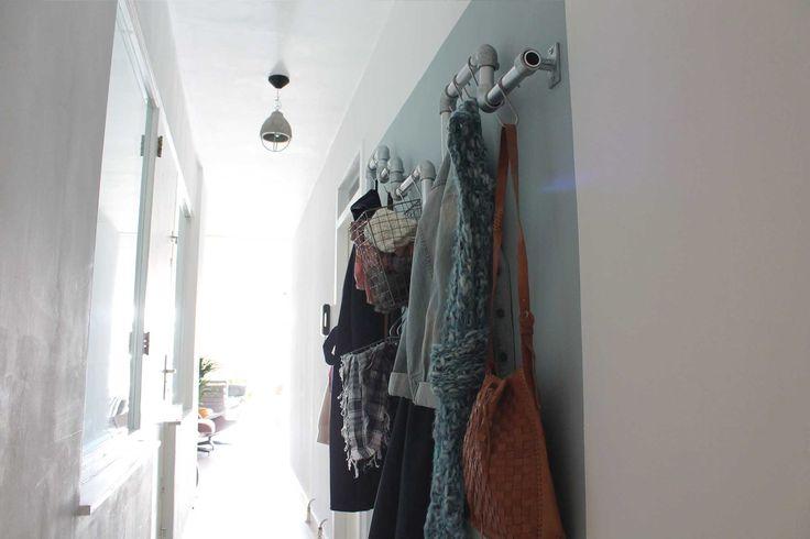 Garderobe in een smalle hal