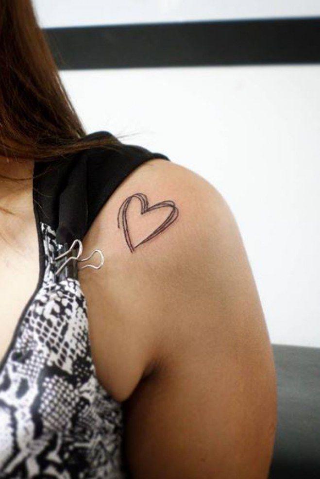 Tatouage tout simple d'un coeur sur l' épaule, comme s'l venait d'être dessiné au stylo !