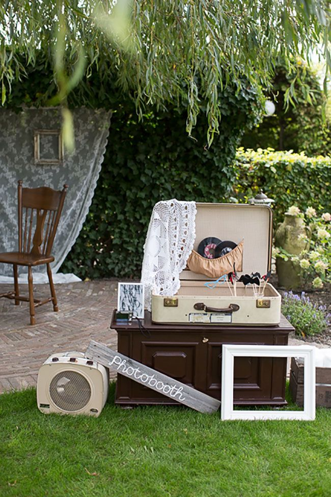 Oude koffer, LP's en natuurlijk props voor de photobooth // Fotograaf: Bianca Rijkenbarg // Girls of honour