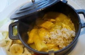 Lækker ristaffel med kylling i kokos med banan, kål, gulerødder, rosiner og ananas/æble