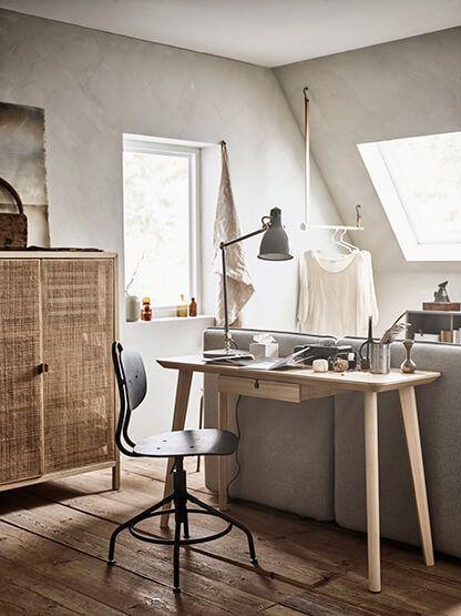 Kantoor aan huis | IKEA IKEAnl IKEAnederland inspiratie wooninspiratie interieur wooninterieur styling decoratie accessoire kamer logeerkamer VALLENTUNA bank sofa zitbank KVISTBRO opbergtafel LISABO bureau ARÖD bureaulamp KULLABERG bureaustoel werken studeren slaapkamer studeerkamer werkkamer studeren werken werk