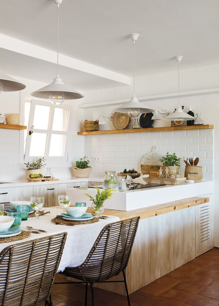 Cocina mediterránea y rústica con office, baldosas subway y estantes_artículo_40681