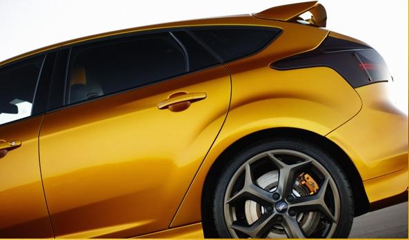 """Cada detalle exterior del Focus ST se diseñó para optimizar la estabilidad y el empuje a alta velocidad. El spoiler de techo integrado, los faros envolventes, la defensa con fascia baja y los rines de aluminio de 18"""" conjugan una experiencia única de manejo deportivo. #Ford #FocusST2013"""