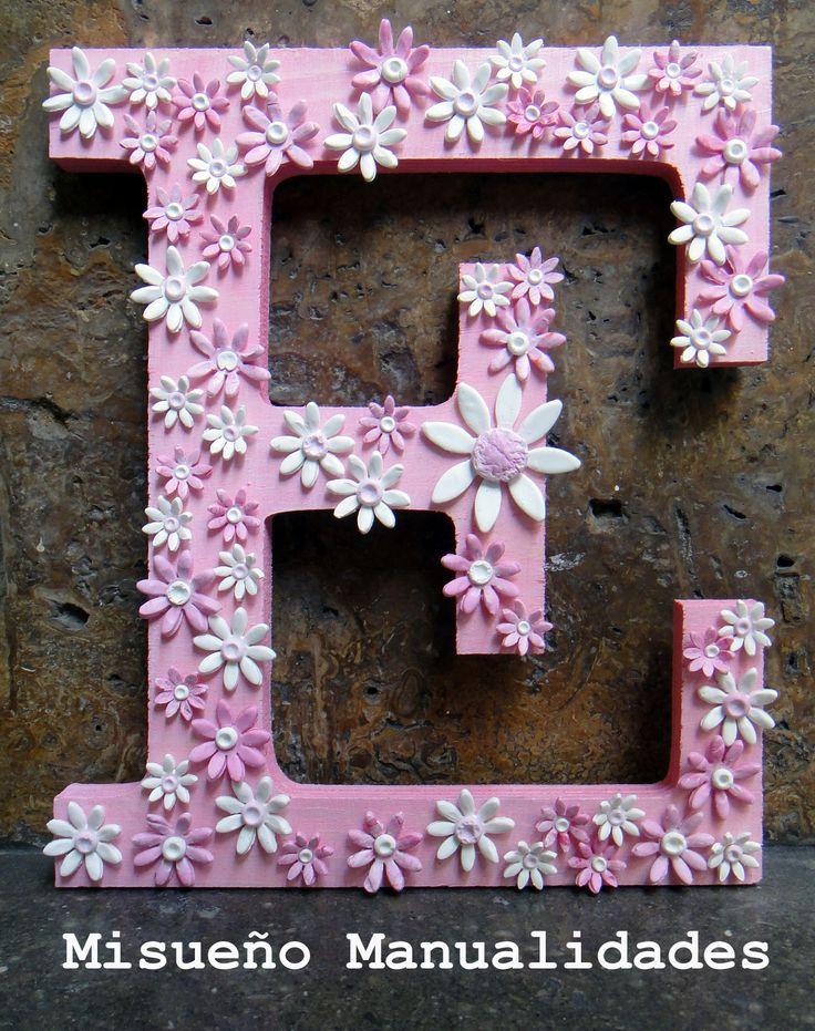 Letra grande de madera (19 cm de alto de Artemio) decorada con pintura acrílica y florecitas de Fimo. Todo el material está a la venta en la tienda online (www.misuenyo.com) y la tienda física.  www.misuenyo.com / www.misuenyo.es