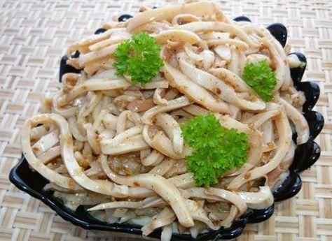 Любителям острых закусок предлагаю приготовить вот такой вкусный салат «хе из кальмаров» Кальмары по этому рецепту получаются очень вкусные и в меру острые.