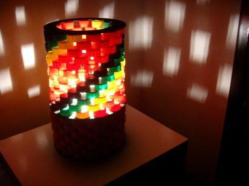 Lampara hecha con tapas pl sticas de colores dise o for Lamparas de exterior de diseno