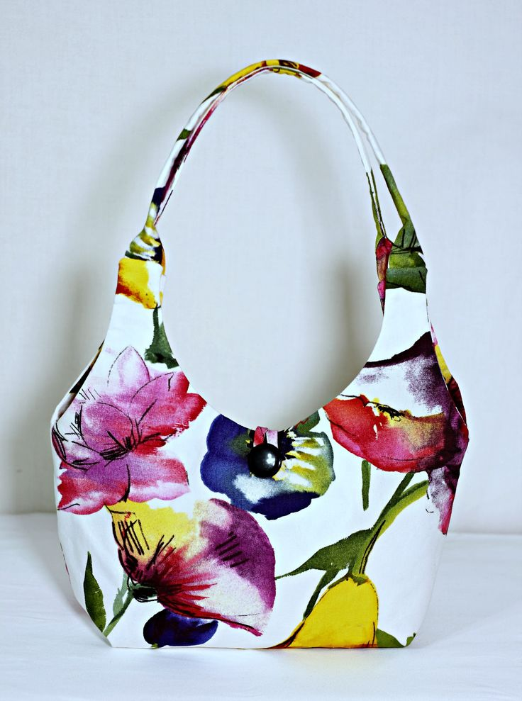 Welcome spring with this DIY Fabric handbag: made from 100% cotton decorator fabric. Easy to sew, no pattern, great for gifts.  #diy #diylife #handmade #sew #sewing #fabric #sewinginspiration  #sewingprojects