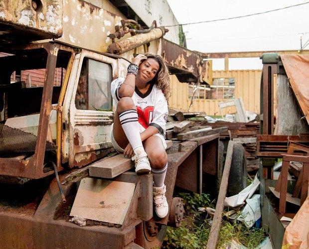 Gata, a funkeira posa em cima de ferragens (Foto: Victor Naine)