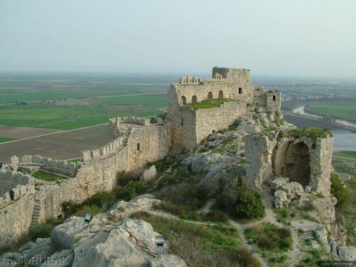 """Yılan Kale (Şahmaran Kalesi); Adana'nın Ceyhan ilçesine 13 km. mesafede E-5 karayoluna 3 km. dir. Yalçın kayalar üzerine yapılmış, sanat değeri olan bir kaledir. Yüzyıllardır hâlâ bütünüyle ayakta durmaktadır.Halk arasında """"Şahmaran Kalesi"""" olarak tanınır."""