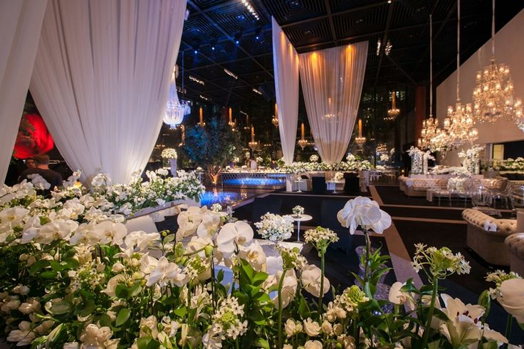 Flores brancas completam o decor elegante
