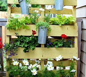 My pallet garden privacy screen  http://theinspiredroom.net/2012/05/28/the-pallet-garden-re-mix-2012/