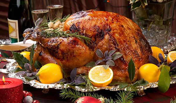 Индейка, запеченная в духовке целиком — традиционное блюдо американской кухни. Чаще всего ее готовят на День благодарения, а еще на Рождество, Новый год и другие праздники, когда за столом собира…