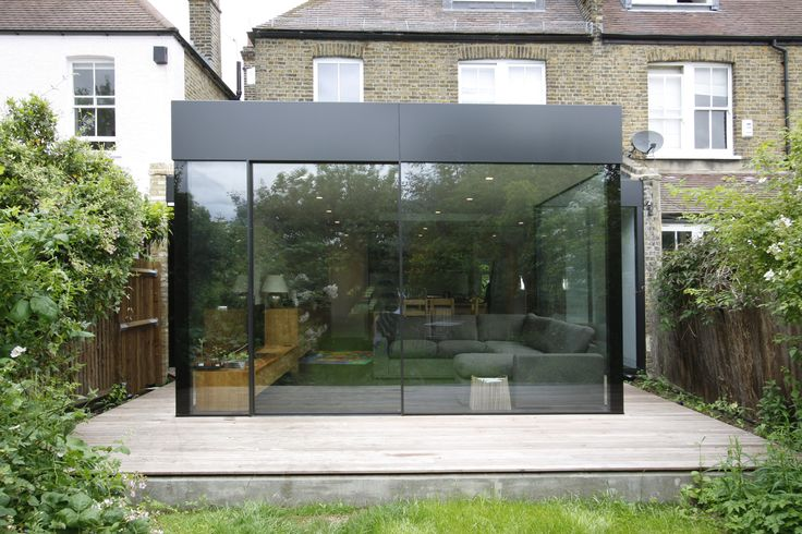 Outdoor area is almost a jungle to contrast the simple and minimalist area of the extension. Simple running axis to enter and exit.