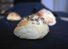 Ein Rezept für Brötchen, die nach 45 Minuten auf dem Tisch stehen. Die Brötchen müssen nicht gehen. Anstat Kamutmehl kann auch anderes Mehl benutzt werden.