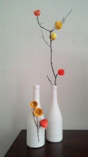 Botellas, ramitas y flores