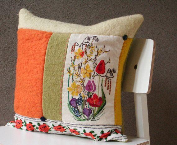 Kussen Lente, gemaakt van wollen deken, retro stof en borduurwerk.