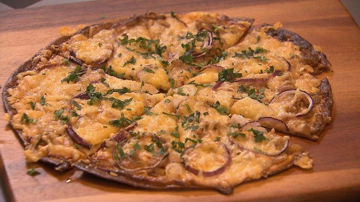 Flammkuchen (tortillawraps, creme fraiche, tonijn, rode uien, geraspte kaas, peterselie en truffelolie) met courgettesoep.
