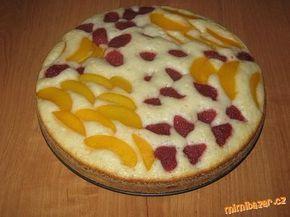 Ovocný koláč ze zakysané smetany 2 zakysané smetany - 1 kelímek cukru - 2 kelímky polohrubé mouky - 1 prášek do pečiva - 2 vajíčka - ovoce,podle sezony např.