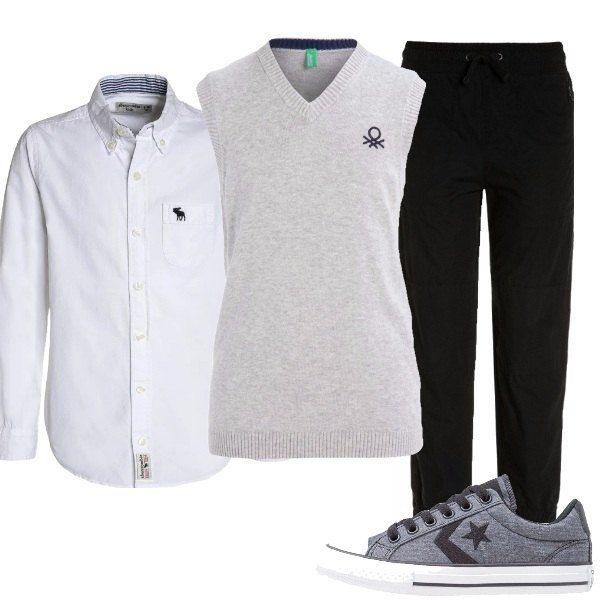 Outfit da bimbo composto da gilet grigio, pantalone nero con coulisse, camicia bianca con logo sul davanti e sneakers basse grigie con tipico logo della Converse.