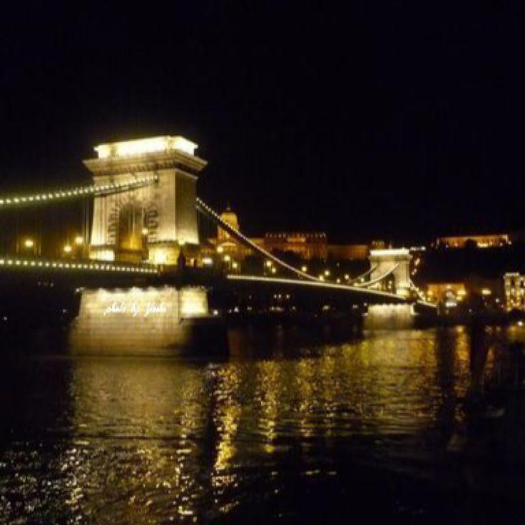 『ドナウの真珠』と言われる世界遺産ブダペスト。 ドナウ川に架かるセーチェニー鎖橋。 キラキラとライトアップされた姿は、幾度見ても、思わず立ち止まり見入ってしまう美しさです。  #ハンガリー #世界遺産 #夜景 #ライトアップ #橋