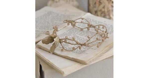 Smuk flettet Vintage krans med perler og en enkel t blomst. Kronen har en flot patinering der får den til at se virkelig gammel ud. Kransene er Håndlavet, så farve og patina kan variere. Fakta: ca. 3-5 cm x 14 cmPrisen er pr. stk Producent: Jeanne D'Arc Living - Det er detaljerne, der tæller! De