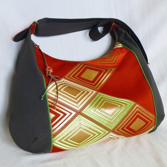 ゴージャスな帯のリメイク,大きなサイズのシックなリメイク斜めがけバッグです。 カジュアルファッションにお勧めです。 バッグの内側は総裏付きで、 ポケットが内側...|ハンドメイド、手作り、手仕事品の通販・販売・購入ならCreema。