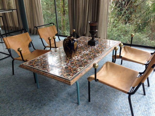 um dos conjuntos de cadeiras e mesa com mosaicos projetados por Lina