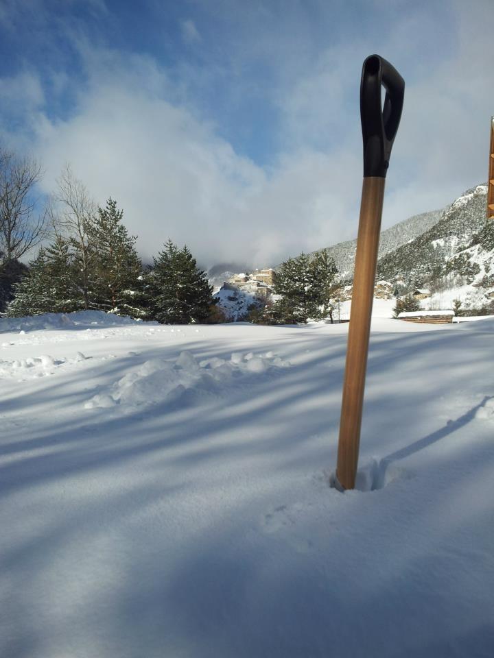 Misurare i centimetri di neve con una pala