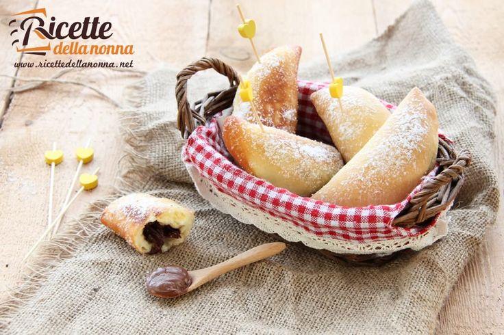 I panzerotti alla Nutella sono delle gustose frittelle a cui è difficile resistere. Potete friggerli o farli in forno per renderli più light.