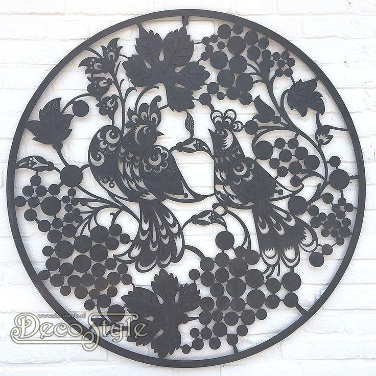 Metalen Wanddeco Paradijsvogels (94CM)  Een mooie grote ronde metalen wanddecoratie, die zowel binnen als buiten opgehangen kan worden. De afbeelding bestaat uit twee paradijsvogels omgeven met druivenranken en druiventrossen. Een weelderige weergave van een zomers tafereel. Een prachtig decoratief kunstwerk, uitermate geschikt om cadeau te geven wanneer de liefde te vieren valt! Dus bijvoorbeeld bij huwelijken, verlovingen, samenwonen en jubilea is dit een perfect symbolisch geschenk. Deze…