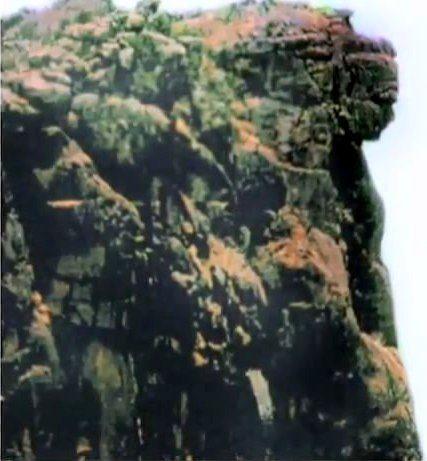 Статуя была обнаружена итальянским геологом, профессором Питони. Эксперты, изучившие изображение, пришли к выводу, что это лицо определенно не европейского, но и не африканского типа. Оно может относиться либо к южноамериканским, либо к азиатским культурам.  Вблизи этой области в Сьерра-Леоне, профессор Питони возглавлял алмазные разработки. Африканские племена рассказали ему легенду о некоем Боге, который разгневался на принцессу и превратил её в камень.