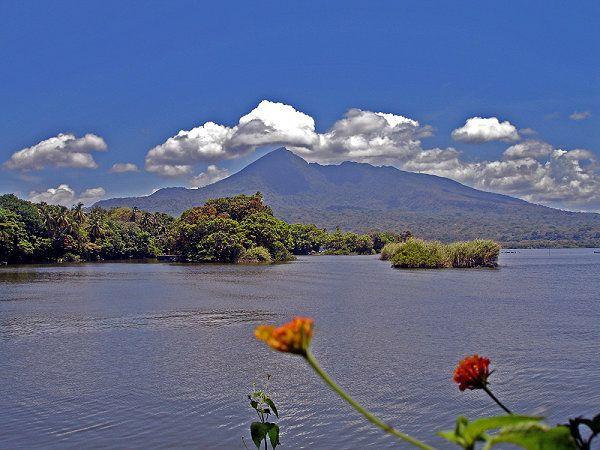 Der Nicaraguasee: El Lago de Nicaragua mit Blick auf den Mombacho hat folgende Stichwörter: Granada,  Nicaragua,  Mombacho.