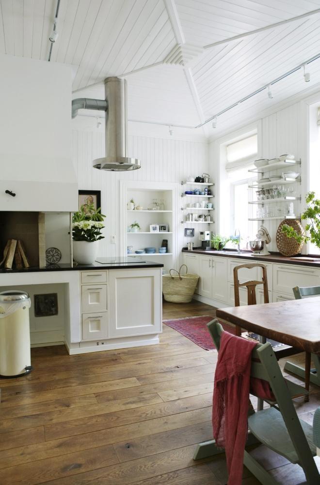 Kjøkkenet er åpent og luftig, og blir et naturlig samlingspunkt. Innredningen på kjøkkenet er bygget for å vare evig av Lillulv snekkerverksted i Drøbak. Eierne har valgt åpne hyller i stedet for overskap.=