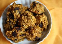 Healthy Pumpkin Cookies: Healthy and delicious, with just a bit of dairy-free dark chocolate, these pumpkin cookes are a great way to celebrate fall!