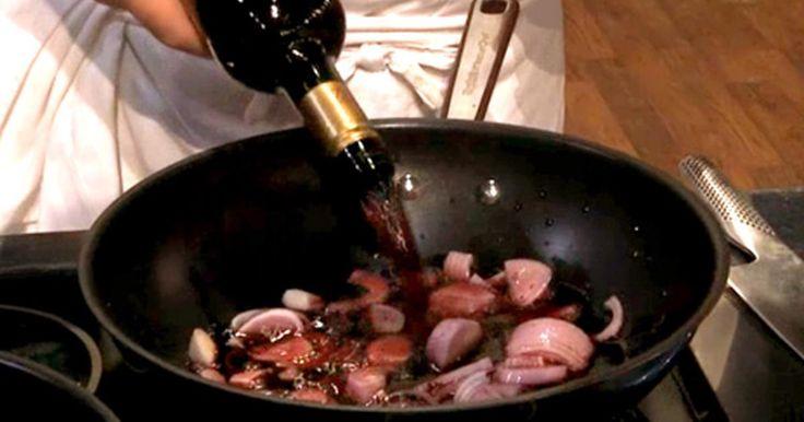 Se hur Leif Mannerström lagar sin rödvinssås steg för steg. Det finns inte mycket som slår en saftig bit kött med en god rödvinssås till!
