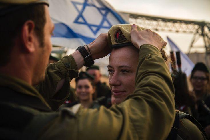 Israel ist das einzige Land der Welt, in dem es eine Wehrpflicht für Frauen gibt. Im Alter von 18-26 Jahren müssen alle Frauen – bis auf wenige Ausnahmen, wie etwa im Falle einer Schwangerschaft – zwei Jahre im Militär dienen. Heute stehen 95 % aller Positionen in den Israel Defense Forces auch Frauen zur Verfügung.   #Armee #Brigade #Brigadegeneral #Chancengleichheit #Feldwebel #Flottille #Frau #Frauen #IDF #Israel #Israelis #Israelische Verteidigungsstreitkräfte