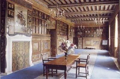 """Château de BEAUREGARD Le château au 334 portraits.-  Paul Ardier: en 1617, le château passe à Paul Ardier, contrôleur des Guerres, trésorier de l'Épargne qui l'agrandit de 2 ailes basses (construites à l'emplacement du logis Doulcet et disparues vers 1810) et l'enrichit d'un important décor. Il fait exécuter la très célèbre """"Galerie des Portraits"""" du chateau."""