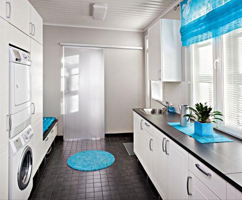 Kodinhoitohuone. Topi-keittiöt  Valkoiset kaapit, musta taso ja lattia...?!?