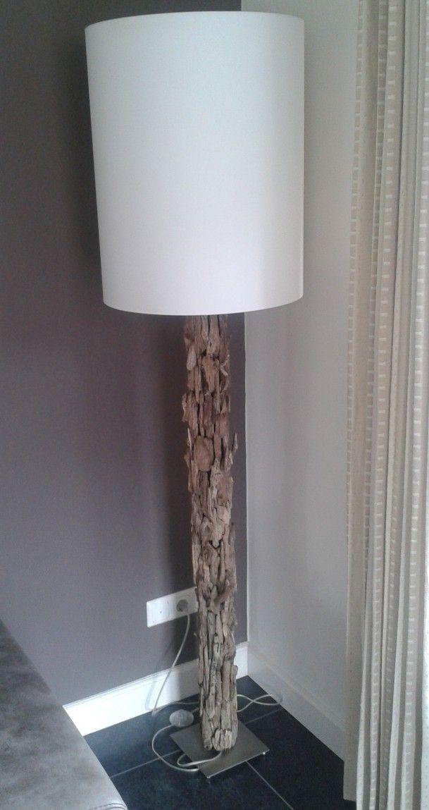 Zelfgemaakte houten lamp van een zwemslurf (als frikadel uitgehold) om standaard getaped en met houtstukjes beplakt.