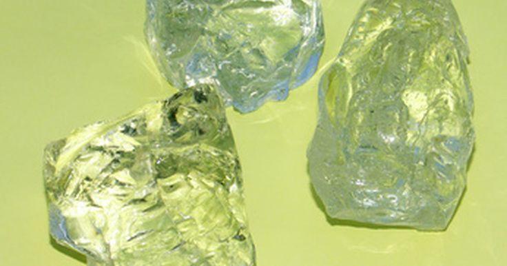 Cómo se cortan y pulen los cristales de cuarzo. Los cristales de cuarzo y otras piedras preciosas no empiezan sus vidas como rocas cristalinas y hermosas, sino como piedras cicatrizadas con forma extraña llamadas en bruto. Estas pueden tener pedazos o secciones no deseadas que necesitan ser removidos, y a menudo tienen muy poco de parecido con su forma final. Para empezar, los cristales de ...