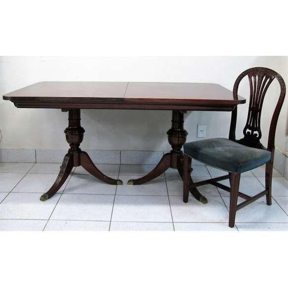 Mesa de jantar extensível com 1 tábua, e 6 cadeiras, estilo inglês em madeira nobre entalhada. Tampo da mesa sobre duas colunas torneadas de onde partem 3 pés recurvos com ponteiras em bronze. Belas cadeiras com encosto vazado. Assento estofado e forrado em tecido. Med. mesa fechada 78x159x94cm e Med. cadeiras 98x48x50cm.