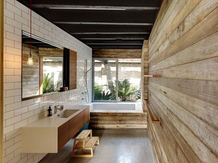 aménagement d'intérieur mélange de deux styles dans la salle de bains - carrelage métro blanc et revêtement mural en bois d'aspect usé