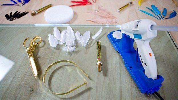 DIY: Maak zelf deze fancy haarband met gouden veren