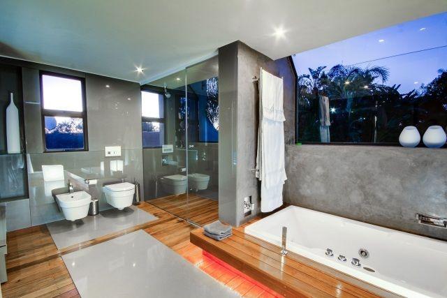 parquet-stratifié-salle-bains-mobilier-blanc-parois-verre-transparent-murs-gris parquet salle de bains