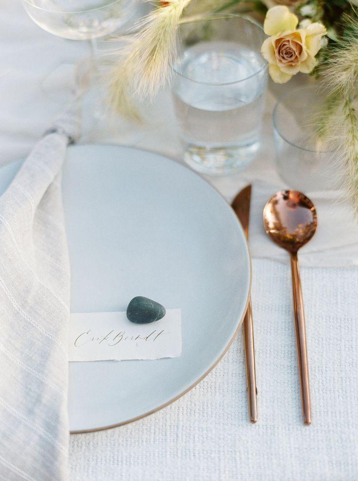 La Tavola Fine Linen Rental: Ritz Snow with Kenneth Dune Napkins | Photography: Erich McVey, Styling: 12th Table, Florals: Studio Mondine