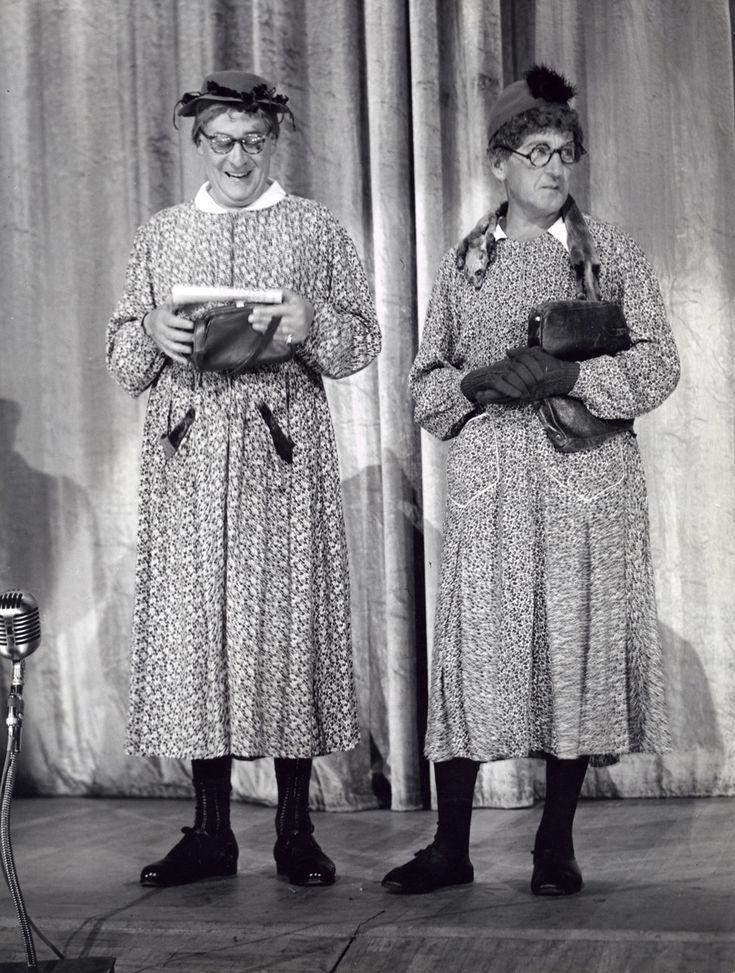 Hilversum (Nederland) Willy Walden (rechts) met Piet Muyselaar als Snip en Snap in de revue Daar zit muziek in op 11 juli 1957. Wily Walden ...