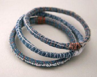 Drie (3) denim armbanden - upcycled schroot stof armband - voorzien jeans - armbanden - gemaakt op bestelling in uw maat en draad kleuren