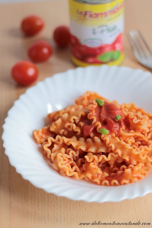 Un classico della cucina italiana, quasi un emblema della nostra cultura gastronomica, la pasta al pomodoro.  Per il piatto di oggi ho util...