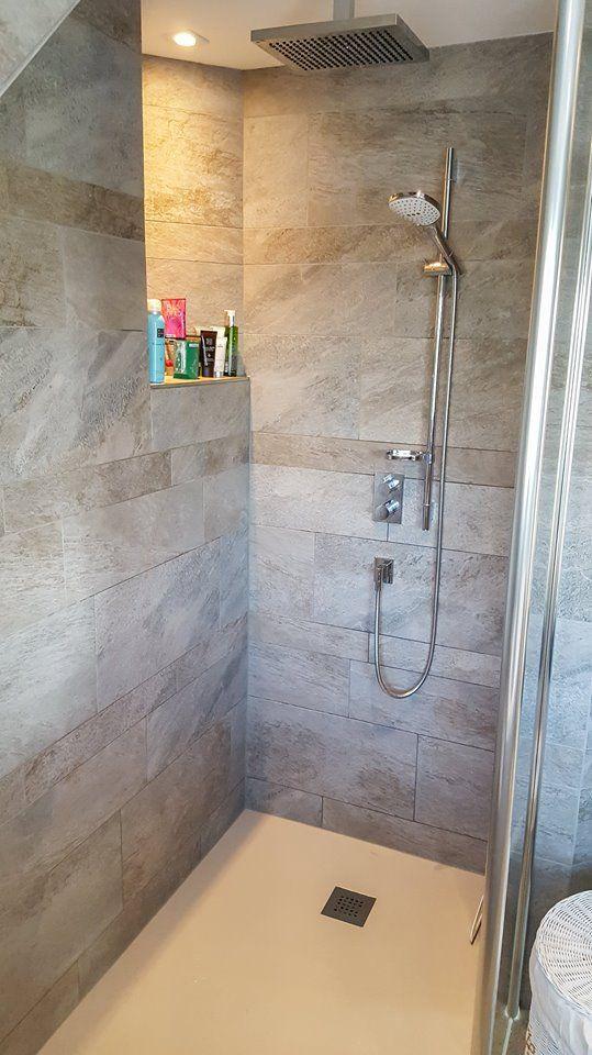 Hier heeft Sanidrome van Scheppingen uit De Kwakel gekozen voor een douche met een nis waar shampooflessen en andere doucheproducten geplaatst kunnen worden.